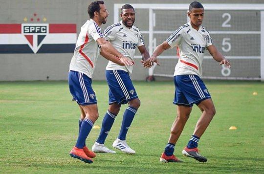 """326b605e170b Cuca testa Jucilei na vaga de Liziero e Everton Felipe como """"falso 9"""""""